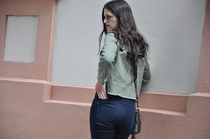 Tipps für dien Jeanskauf die perfekte Jeans dunkle High Waist Jeans Livi's Bloggeroutfit Cropped Top Modeblog Fairy Tale Gone Realistic Blog Deutschland