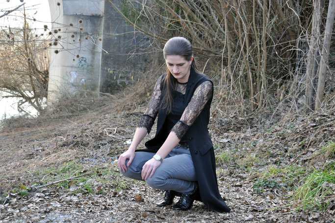 Fashionvictims in Kleinstädten Outfit transparente Spitze Longweste graue Jeans Metallic Streetstyle Fairy Tale Gone Realistic