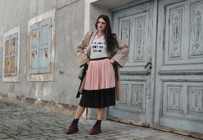 Outfit mit beigem Damen Trenchcoat mit schwarzem Gürtel Modeblog Nähblog Deutschland Fairy Tale Gone Realistic