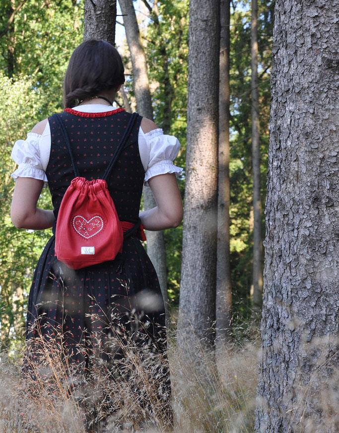 Dos Don'ts beim Trachtenoutfit Rot Schwarz Trachtenbeutel Wunschleder Modeblog Fairy Tale Gone Realistic Passau