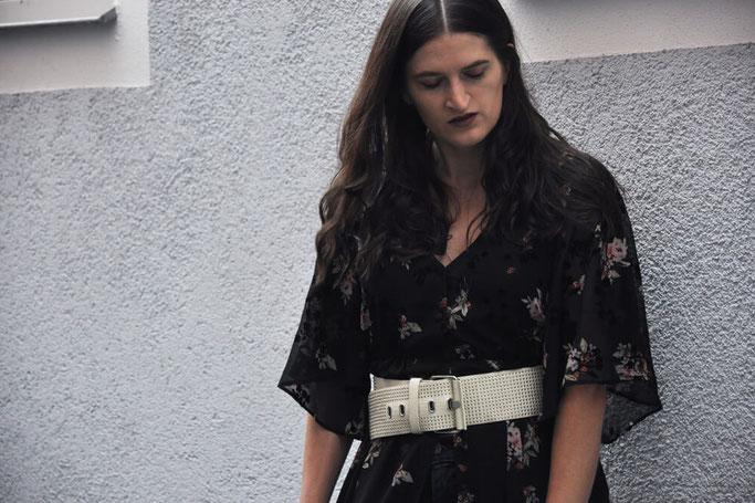 Sommerkleider im Herbst Kleid zur Jeans Taillengürtel Bloggeroutfit Fairy Tale Gone Realistic Modeblog Deutschland