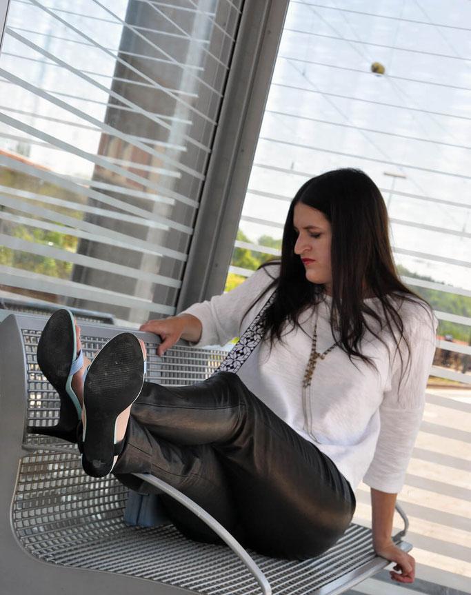 Lederleggings Style mit arrivato black an white Ketten Layering Designerbag Bagstrap Modeblog Deutschland Fairy Tale Gone Realistic