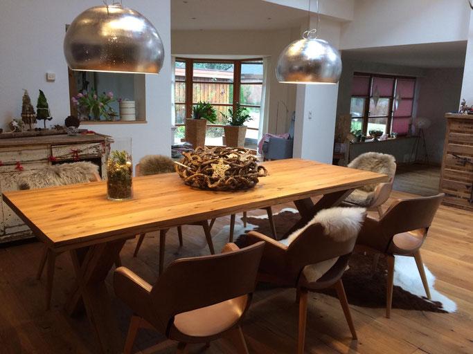 Schwerer rustikaler Esszimmertisch aus alter Balkeneiche mit Kreuzfuss Holz