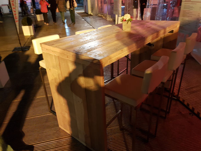 Outdoor Stehtische aus Massivholz, Gastronomie Tische für den Aussenbereich.