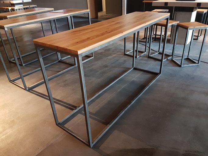 Stehtische im Industriedesign - Altholz und Stahl.