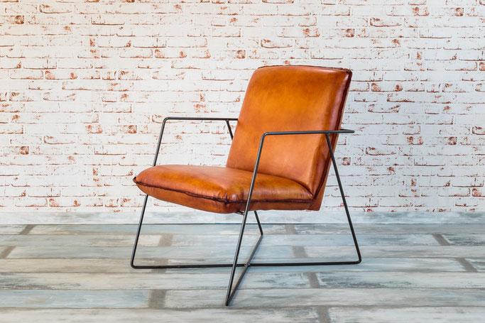 Ledersessel Deva dick gepostert mit dezentem Gestell aus Stahl im Bauhaus orientierten Design, handgefertigt, formschön, zeitlos