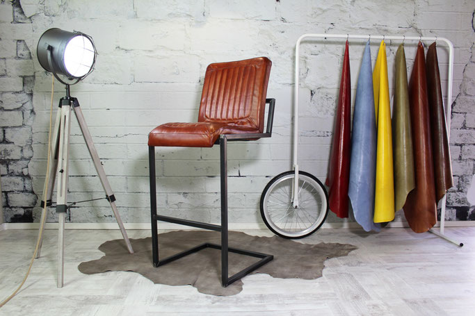 Klassischer Barstuhl für die gewerbliche Nutzung aus Echtleder leicht gewölbter Sitz handgenäht und weich, toller Materialmix Leder & Stahl