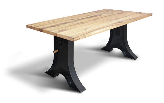 Esstisch aus Altholz und Stahl im angesagten Industriedesign