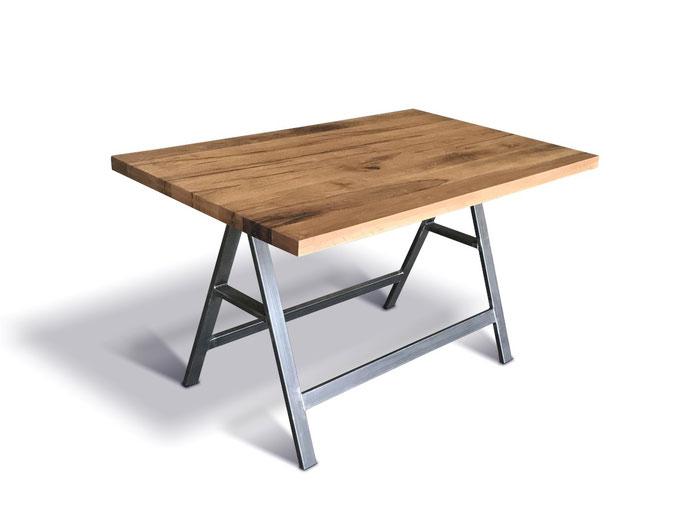 Stehtisch im Industriedesign aus Stahl und rustikaler Eiche