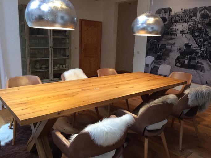 Massivholz Esstisch alte Eiche mit Tischgestell aus gekreuzten Balken.