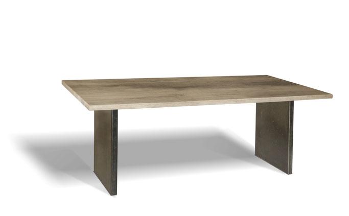 Stahlwangen Esstisch aus recyceltem Massivholz Eiche im Industriedesign