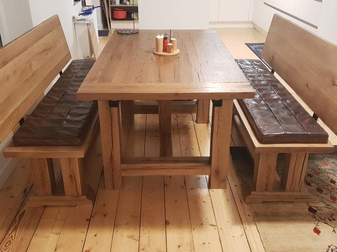Massiver Esstisch mit Sitzbänken Altholz Eiche.