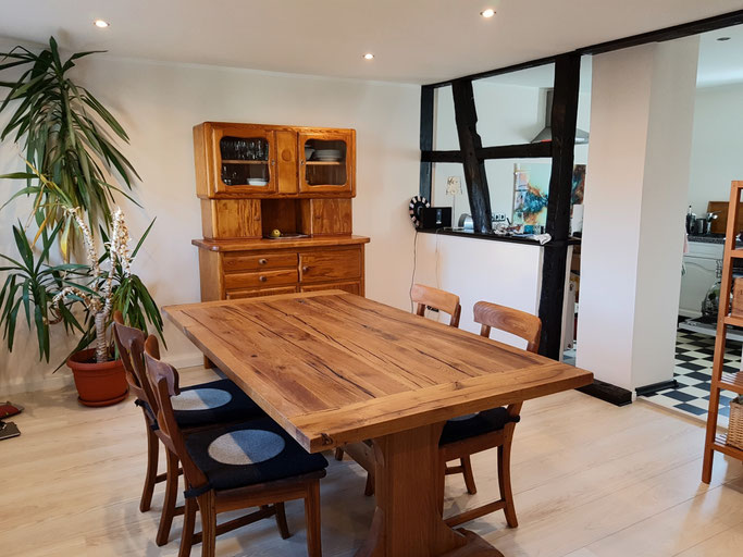 Massivholz Klostertisch aus breitem Eiche Stammholz mit charakteristischen Rissen und Ästen,