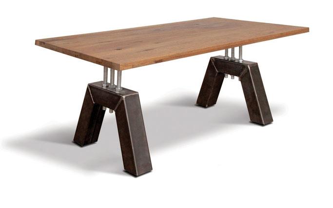 Industriedesign Esstisch mit massiver Eiche Tischplatte und Tischgestell Stahl in A-Form