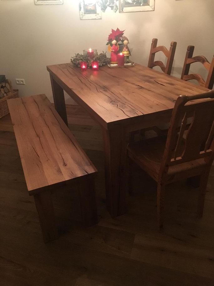 Rustikaler Esstisch, in klassische Bauweise aus wiederverwerteter Eiche.