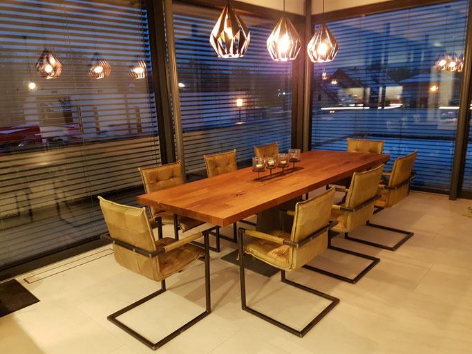 Industriedesign Esstisch massiv Eiche Altholz mit einem Z-Tischgestell / Tischfuss aus Stahl.