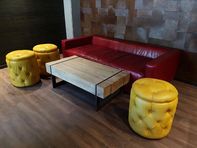 Farbige Lounge- und Bar-Möbel aus echtem Büffelleder Retrostyle.