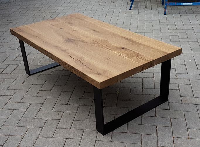 Couchtisch - Tischplatte aus alten Eichenbalken, Tischgestell aus Stahl.