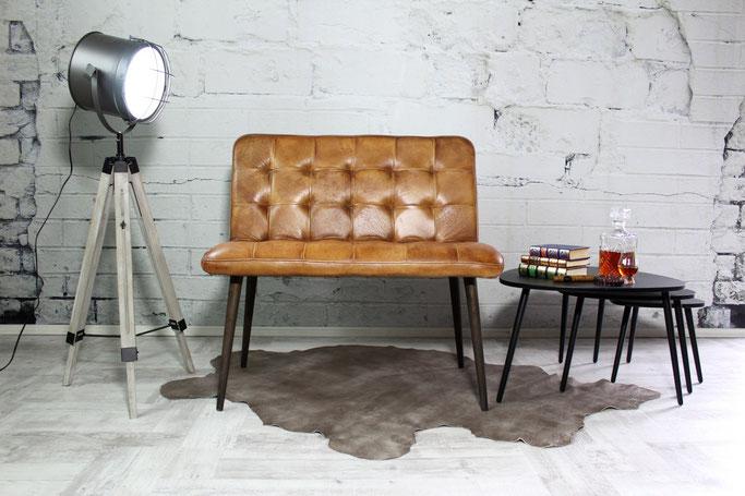 Ledersitzbank Malena aus weichem Leder dezent gesteppt und feine Holzbeine aus Massivholz
