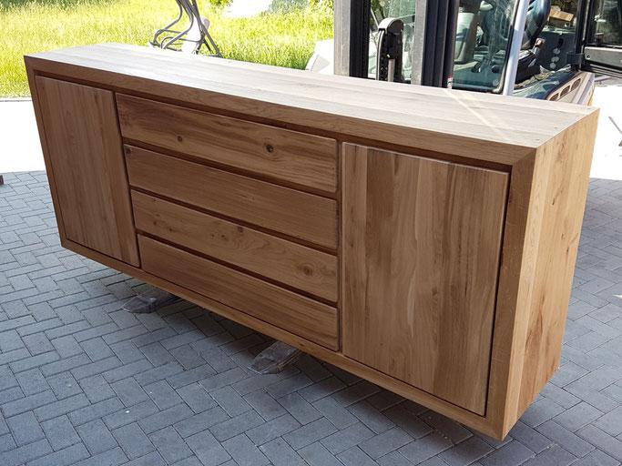 Anrichte aus alter Eiche im Block Design. Hergestellt Altholz Eiche massiv mit zwei Türen und vier Schubladen.