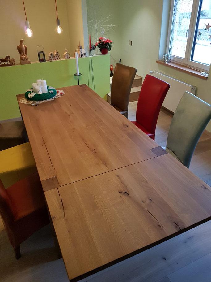 Esstisch aus alten Eichenbalken, farbige Esszimmerstühle, Leder Hochlehner.