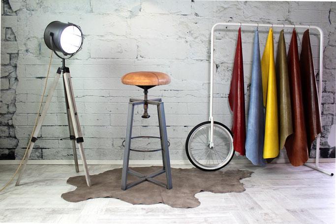 Barhocker Alessio im puren Industrial Design zum drehen, Gestell Rohstahl Sitzfläche Leder