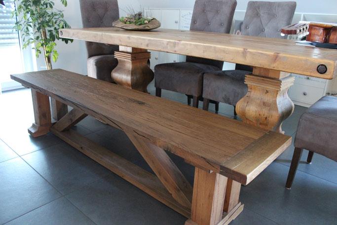 Massiver Esstisch aus alter Balkeneiche grau geölt mit passender Sitzbank.