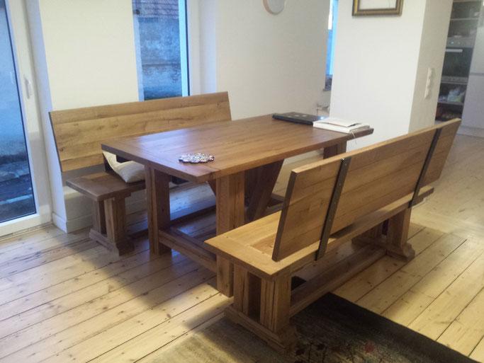 Klassischer Esszimmertisch aus altem Holz mit Sitzbänken