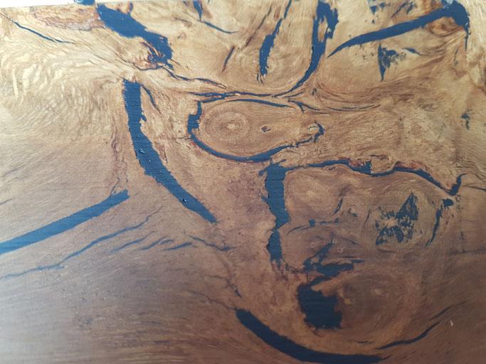Tischplatte Altholz Eiche, Risse und Schwundrisse schwarz verfüllt.