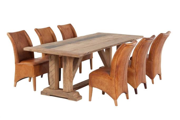 Klostertisch traditionell aus antiker Eiche mit geraden Stempelfüßen und diagonalen Balken