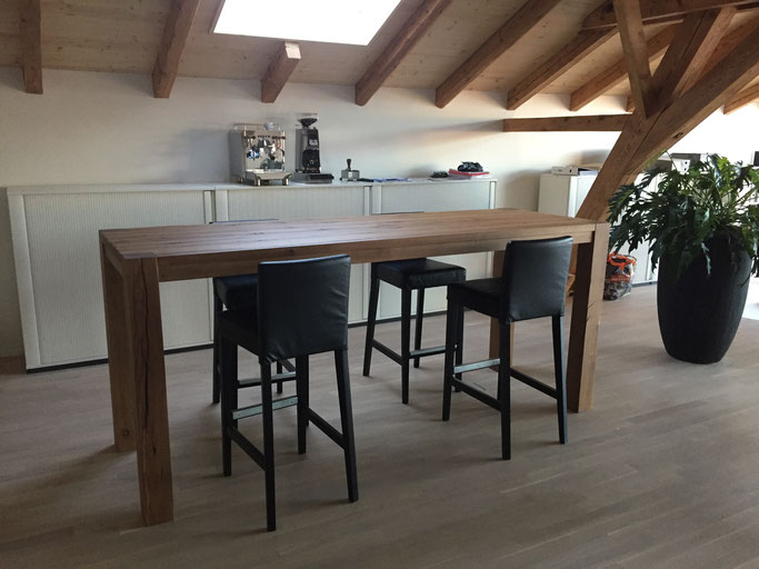 Massiver Holz Stehtisch aus alter Eiche hergestellt, die chrarakteristische Oberfläche des Holzes hat eine tolle Haptik. Die Tischbeine sind durch die Tischplatte gestossen.