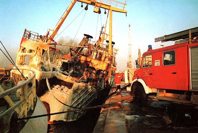 """Am 23. Januar 1996 brannte der Fisch-Trawler """"Mainz"""" von der Deutschen Fischfang-Union (DFFU) im Neuen Fischereihafen in Cuxhaven völlig aus."""