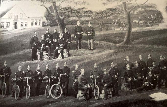 """Kurze Zeit nach der Gründung der Freiwilligen Feuerwehr Döse wurde 1896 diese Aufnahme komponiert, auf der im Hintergrund (rechts neben der Gaststätte) noch das erste kleine """"Spritzenhaus"""" zu erkennen ist."""