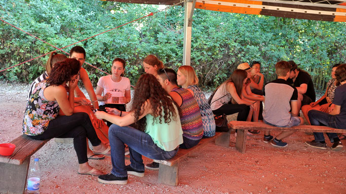 Jugendliche im Gespräch in Taizé ©Vera Rüttmann