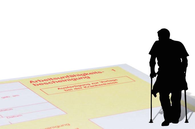 Mann auf Krücken mit AU; Mitarbeiterprüfung Frankfurt | Observation | Detektei Frankfurt | Wirtschaftsdetektei