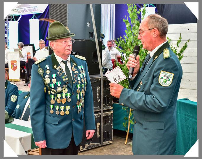 Präsident Mandrella bedankt sich bei Joachim Pilgrim und überreicht einen Gutschein vom GOP in Bad Oeyenhausen.