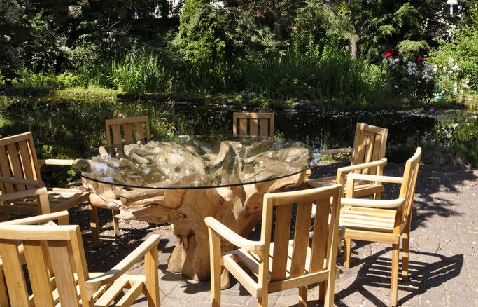 Teakwurzel-Glas-Esstisch im Außenbereich mit Teakstühlen