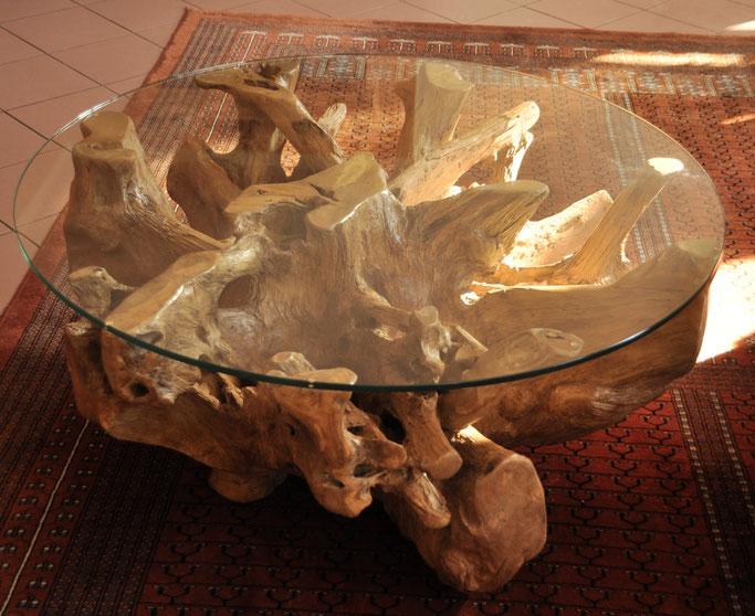 Teakwurzel-Couch-Glastisch im Innenbereich