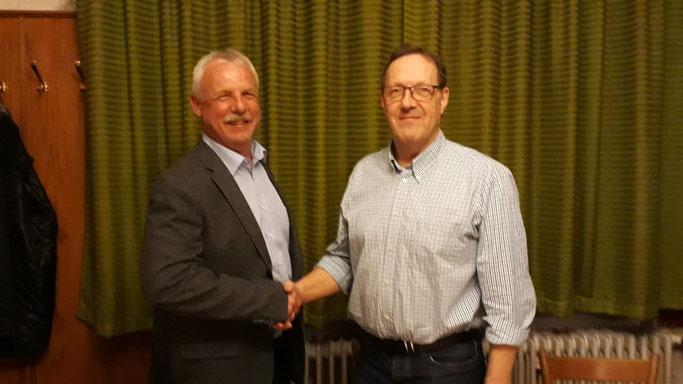 Führungswechsel - Jürgen beglückwünscht Franz, der nun erster Vorstand des Turnvereins ist.