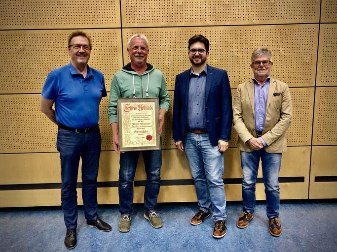1. Vorstand Franz Jerman, neues Ehrenmitglied Jürgen Steegmüller, Bürgermeister Robin Haseler und BLSV-Kreisvorsitzender Adolf Zerr