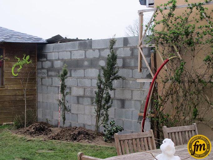 fondation mur de parpaing, fondation en bloc de chainage, fondation en bloc à bancher, monter un mur de parpaing pas cher, construire un mur de parpaing, mur de parpaing 10 cm, comment monter un mur, enduire un mur à la main, enduit leroy merlin,béton vpi