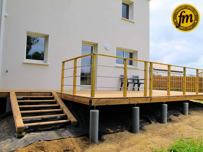 terrasse pilotis, terrasse sur pilotis, pilotis béton, construction terrasse sur pilotis, réaliser une terrasse sur pilotis, terrasse sur pilotis en béton, bande bitumeuse decklinea, rambarde pas cher, lame de terrasse santorin, vivre en bois, deck-cut