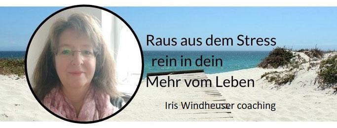 Strand mit Meerblick, Text raus aus dem Stress - rein in dein Mehr vom Leben, rundes Bild von Iris Windheuser Heilpraktikerin und Coach