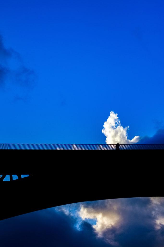 Franchissant le pont  Surmontant les vagues et lames  Mangé par les cieux