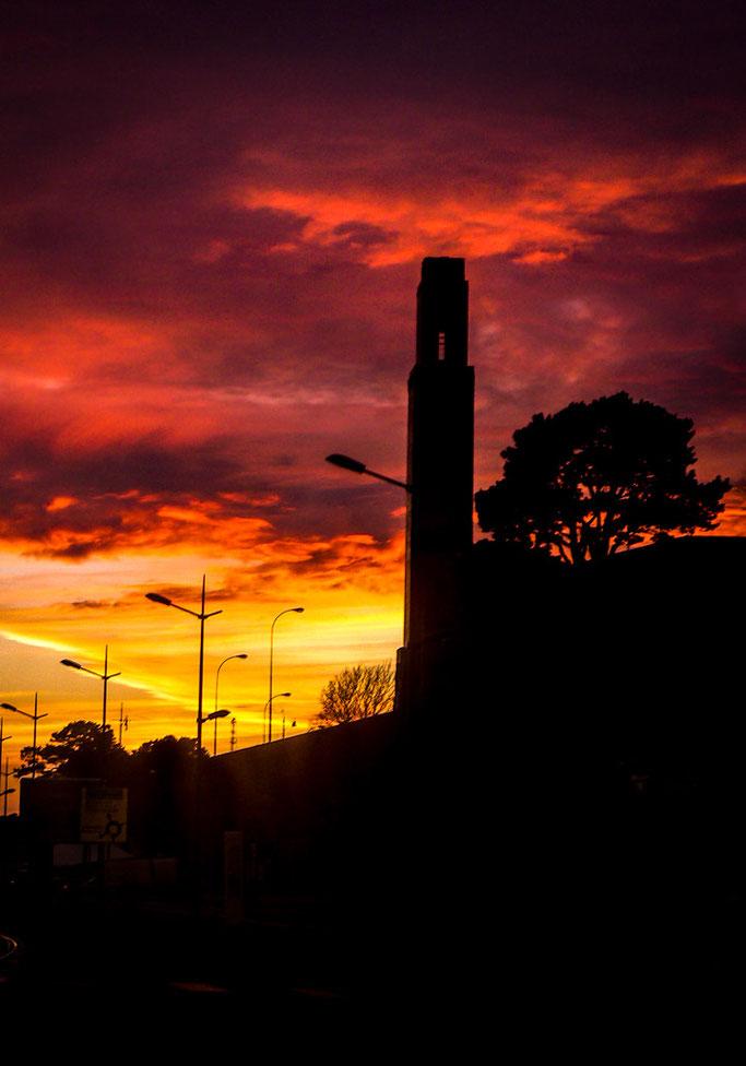 Sous le crépuscule  La tour vient à disparaître  Les ombres de feu