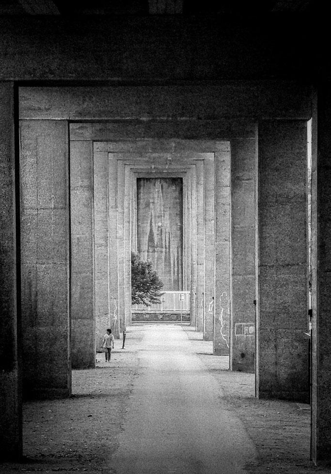 Entre les piliers  S'invite la clarté  Fer, goudron, pierres
