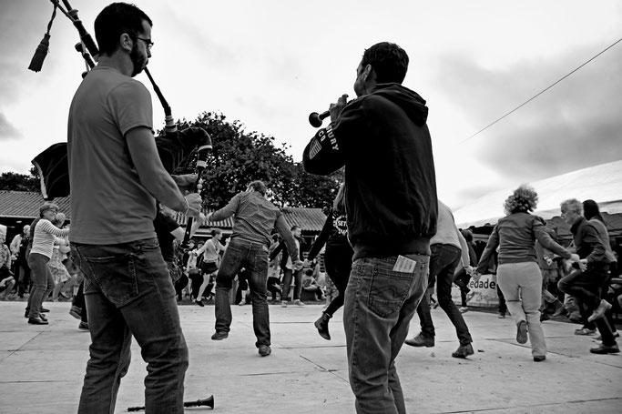 DAÑS ROUND, SONNEURS COUPLE BOMBARDE & CORNEMUSE : GALÉRON / PIERRE