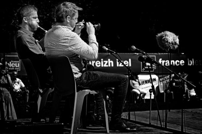 sonneurs biniou bombarde Gourin photo n&b Bretagne musique traditionnelle bretonne france bleu breizh izel fest deiz Couple de sonneurs Tymen / Kerveillant
