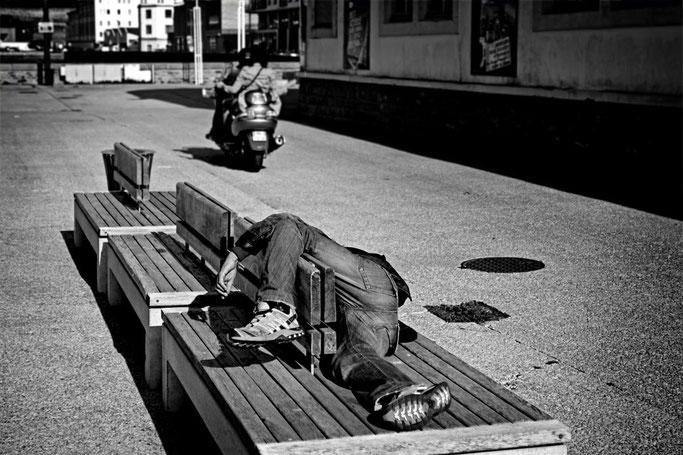 photographe brest photographie port de commerce street photo de rue lendemain de soirée difficile noir et blanc sur le vif banc finistère penn ar bed bretagne bzh