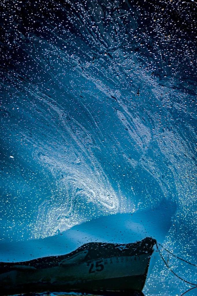Sillage bleu pétrole  Des nuées d'astres souillent la mer  Un beau désastre
